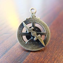 Pins astrolábios em metal