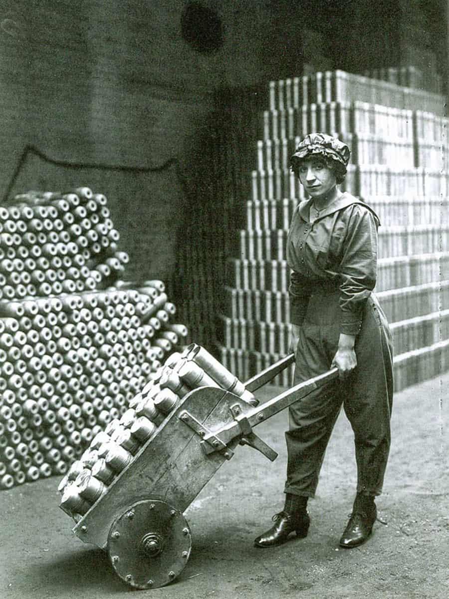 Ouvrière dans une usine d'armement, vers 1915